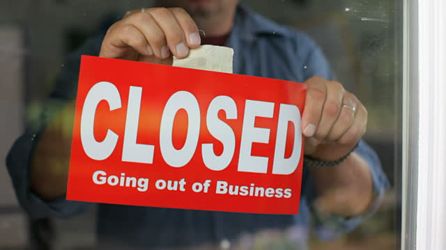 closed-sign-on-window